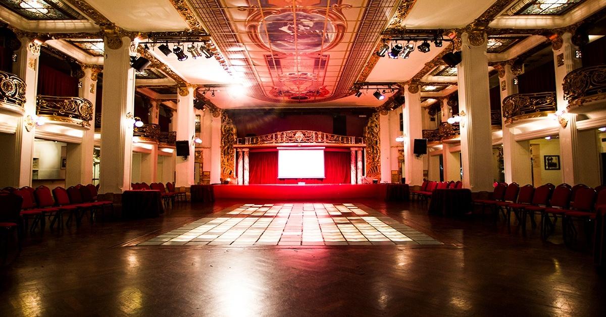 Decoración en rojo para salón de teatro