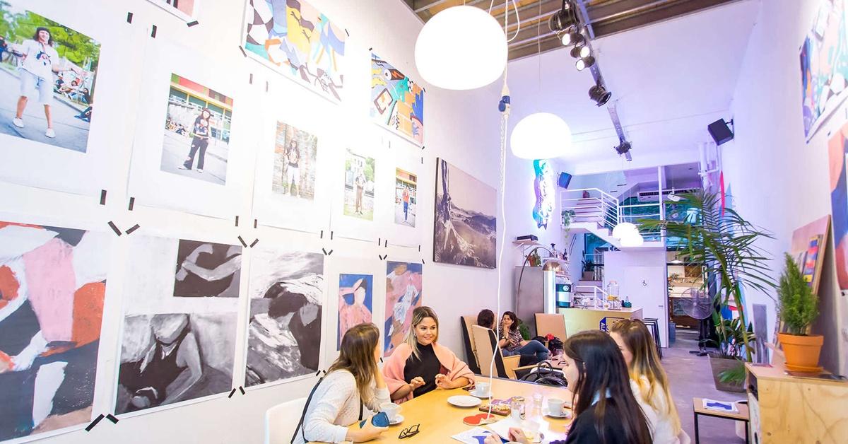 Cafetería con galería de arte